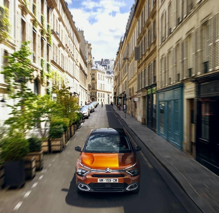 la berline familiale compacte en Drôme et en Ardèche, Citroën C4 qui roule dans une allée Valence - Romans