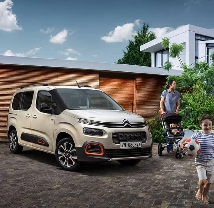 voiture idéale pour une famille, Citroën Berlingo devant garage avec femme et enfant en Drôme et Ardèche